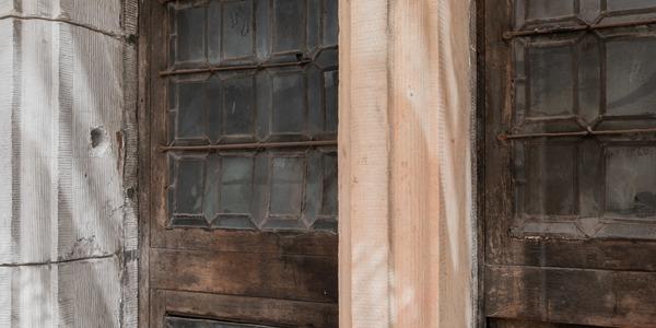 16e-eeuws raam dat ontdekt werd tijdens de restauratiewerken aan het stadhuis