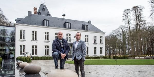 Hugo Cassauwers en Tom Debrabandere op het binnenplein van het kasteel Hof Ter Beke