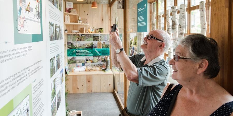 Bezoekers ontdekken de mogelijkheden van geveltuintjes