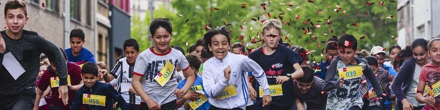 kinderen schieten uit de startblokken tijdens Kidsrun Reuzenloop