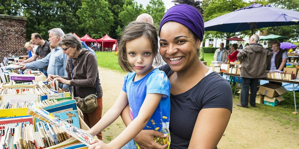 Moeder en kind bezoeken een evenement.