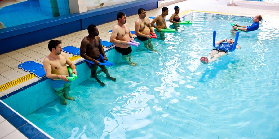Volwassenen volgen zwemles bij Buurtsport