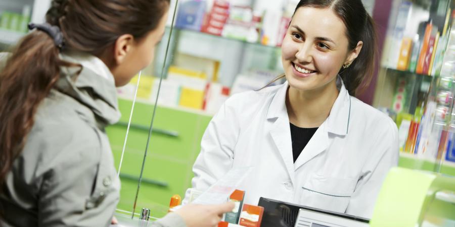 Vrouw koopt medicijnen bij een apotheker.
