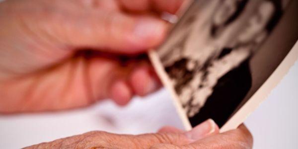 Vrouwenhanden die een oude foto vastnemen