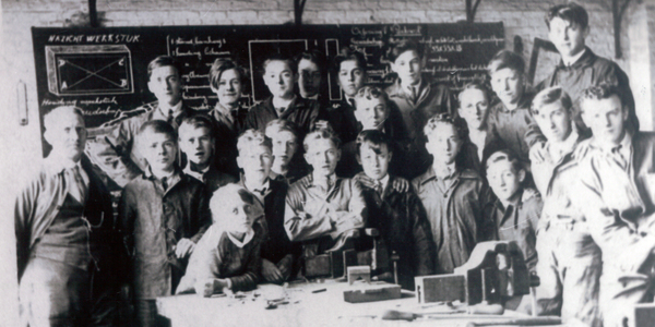 Zwart-wit foto van jongeren in een klaslokaal