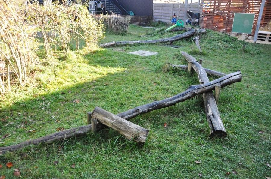 Een zelfgemaakt boomstammenparcours om op te balanceren