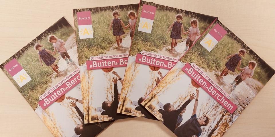 4 brochures uitgestald op tafel