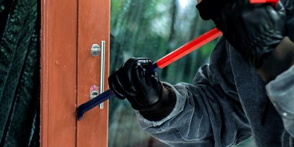 Inbreker probeert deur te openen met koevoet