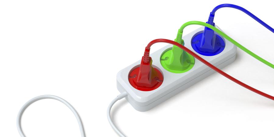 Stekkerdoos verbindt gekleurde kabels