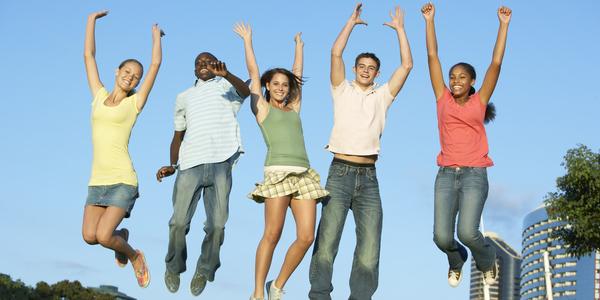 jongeren springen in de lucht