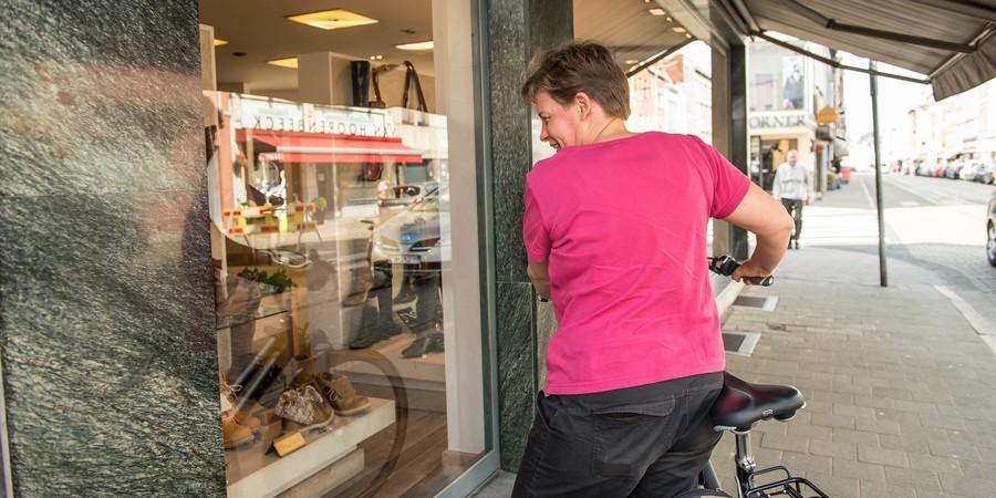 Vrouw staat voor winkeletalage