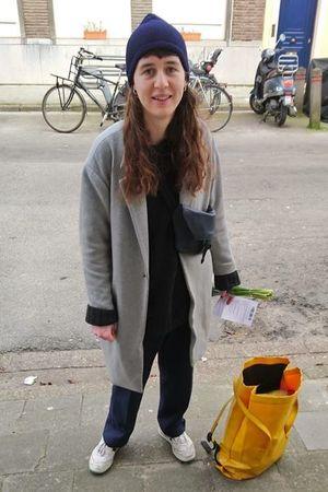 vrijwilliger geeft bloemen