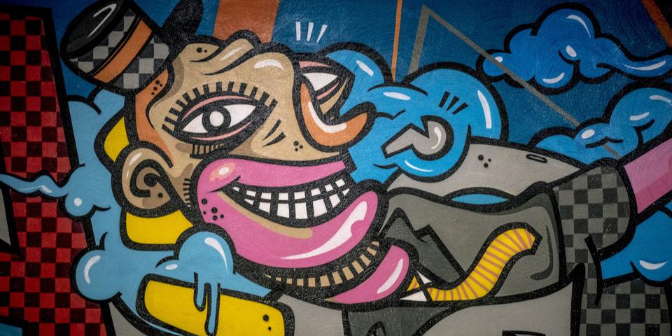 Beschilderde muur in de inkomhal van Berchem Station