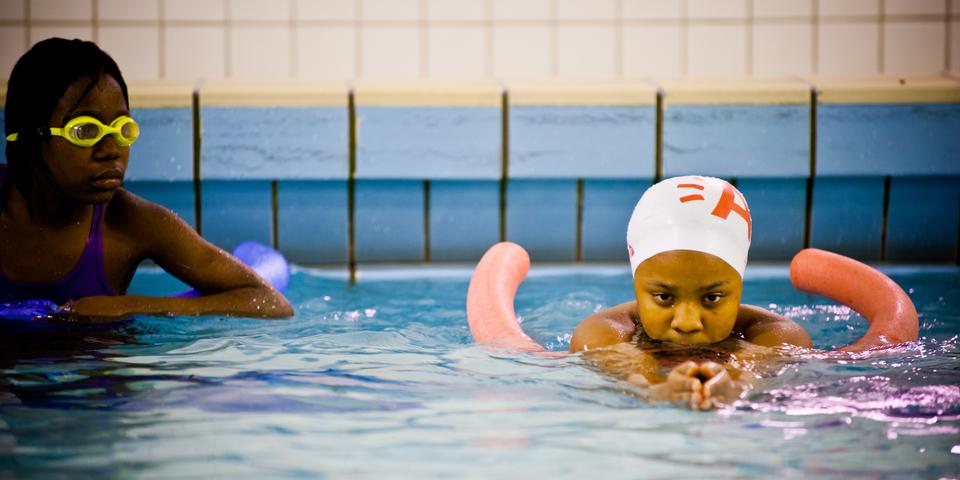 Zwemles voor jongeren in zwembad Plantin Moretus