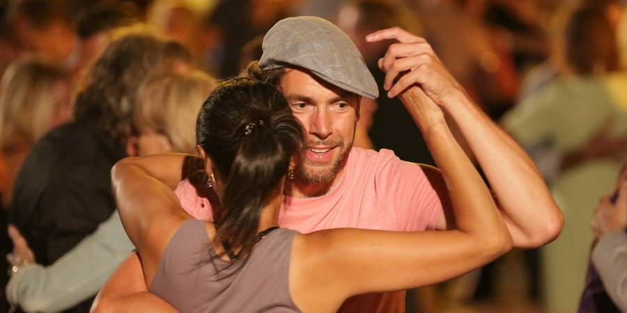 Een man en een vrouw zijn aan het dansen.