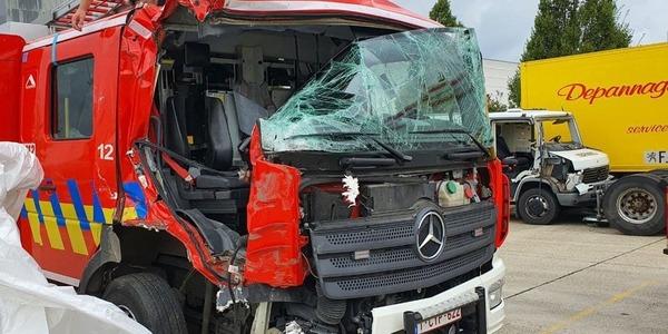 brandweerwagen beschadigd na ongeval