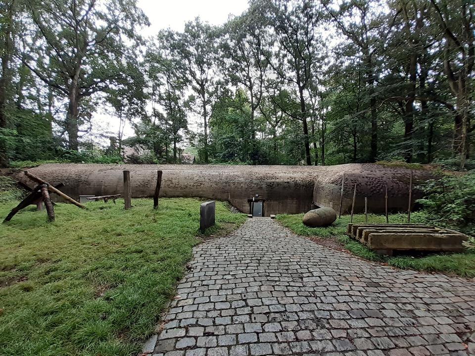 De hoofdingang van Bunker en Vliegtuigarcheo,  in Park Den Brandt (ingang via Acacialaan)