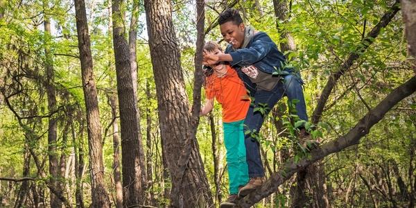 Twee spelende kinderen in het bos