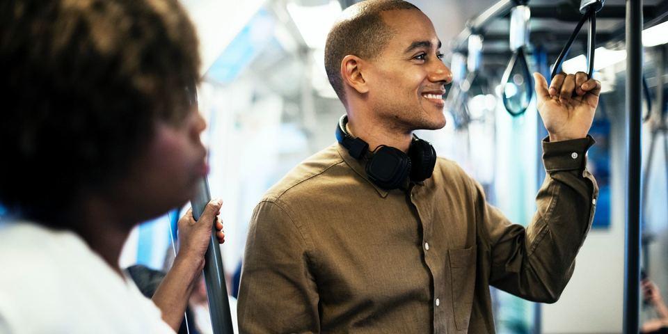 Man luistert naar Radioboek op de tram