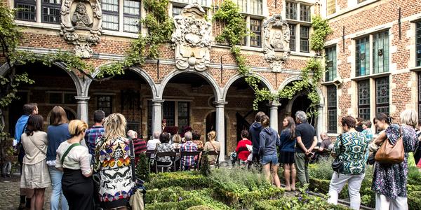 Mensen staan in de binnentuin van het museum