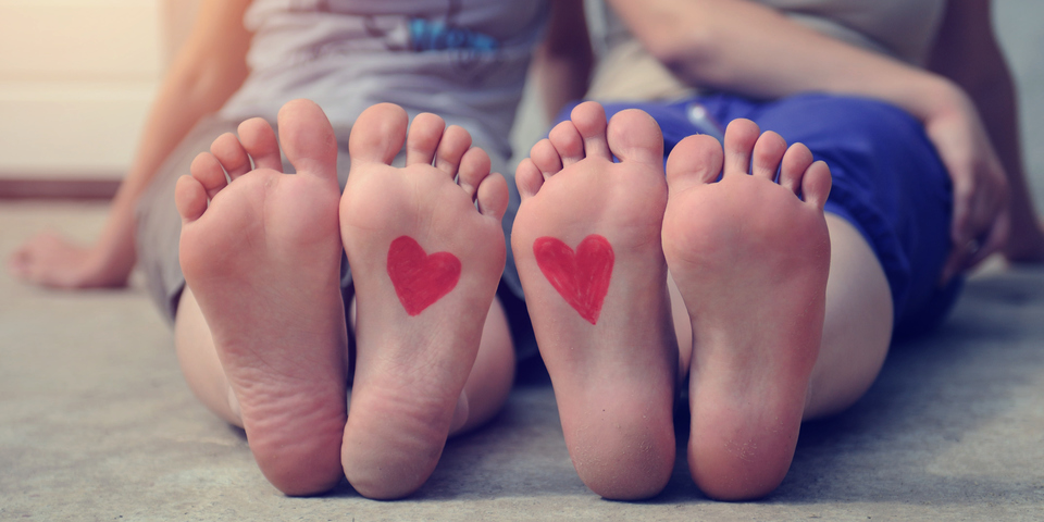 Twee paar voeten met een hartje erop getekend.