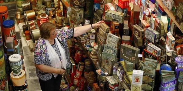 Yvette Dardenne met haar collectie blikken dozen