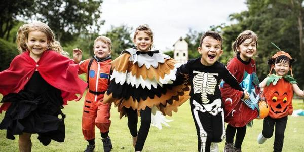 Verklede kinderen lopen samen