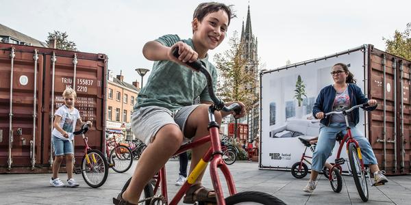 kinderen fietsen op straat