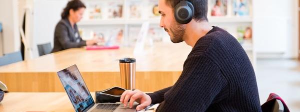 Man leest tijdschrift op eigen computer
