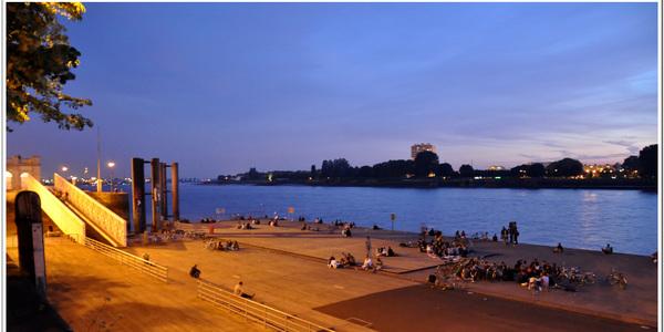 zicht op ponton en Schelde vanaf Steenplein