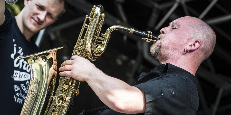 Peter Verdonck van De Pandoering speelt saxofoon
