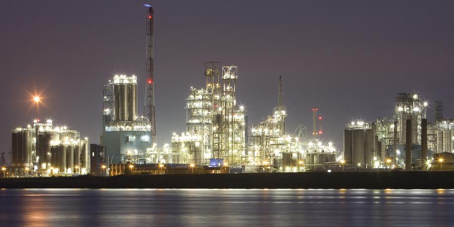 Antwerpse industrie verlicht in de nacht.
