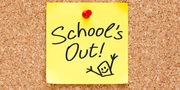 Een briefje met 'School's out'