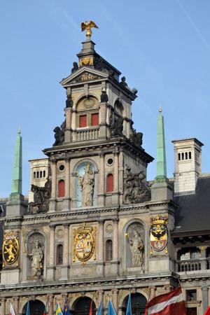 Gevel van het Stadhuis met centraal de Madonna van Loreto van Philippus De Vos (1587)