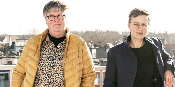 Tine en Veerle poseren op een balkon met zicht op Berchem