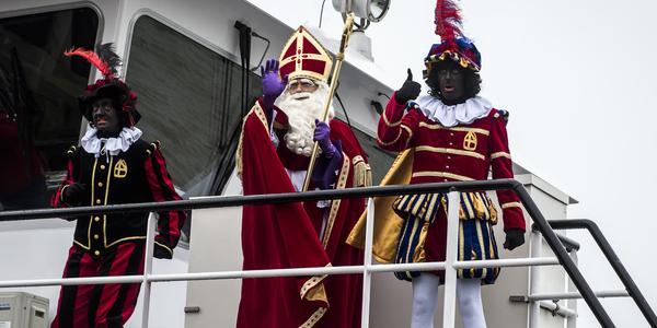 De Sint en zijn pieten op de veerboot