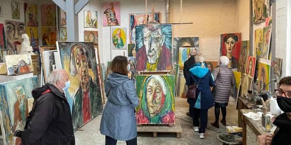 Kunstliefhebbers in atelier