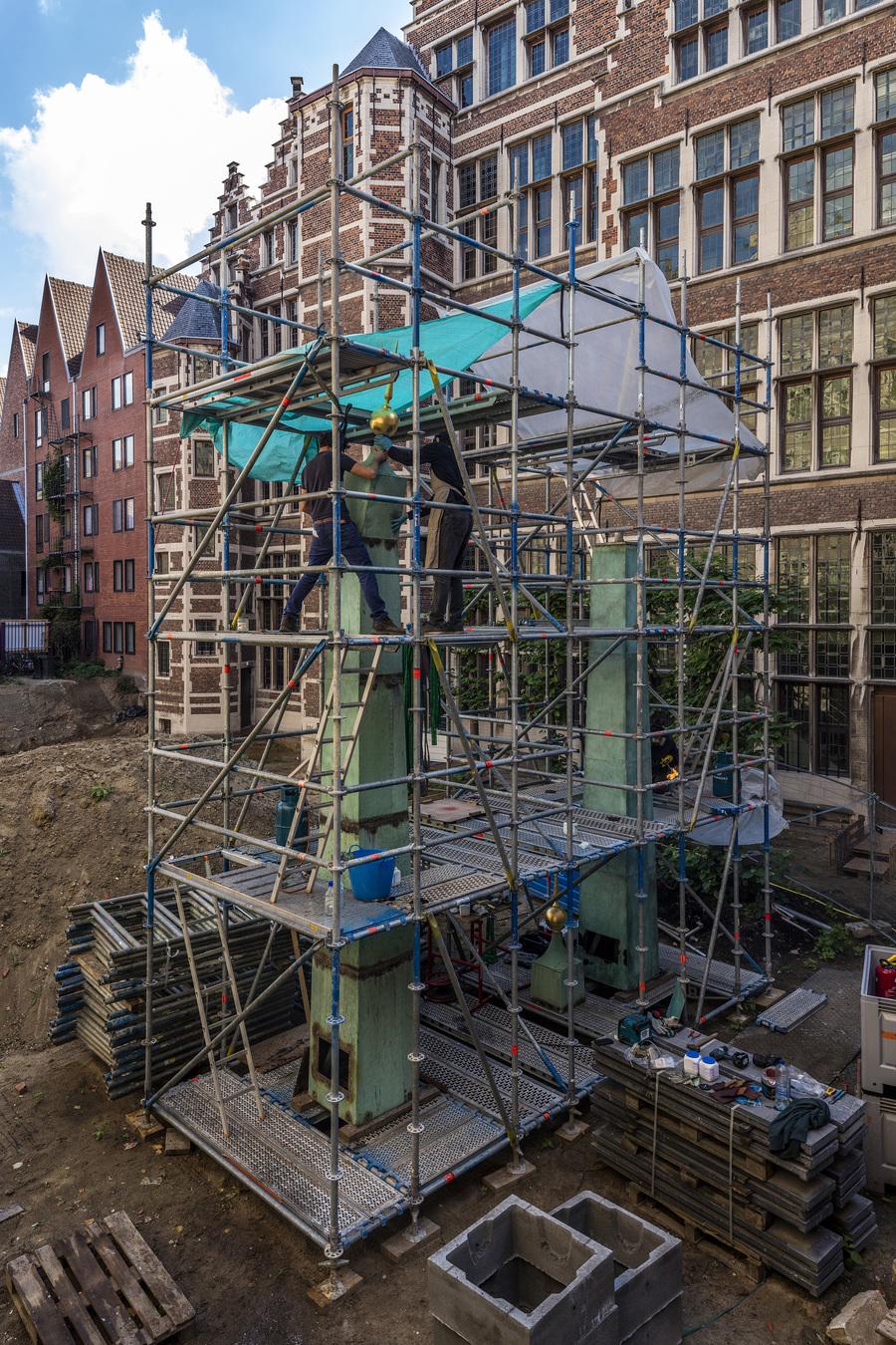 Restauratie koperen obelisken van stadhuis