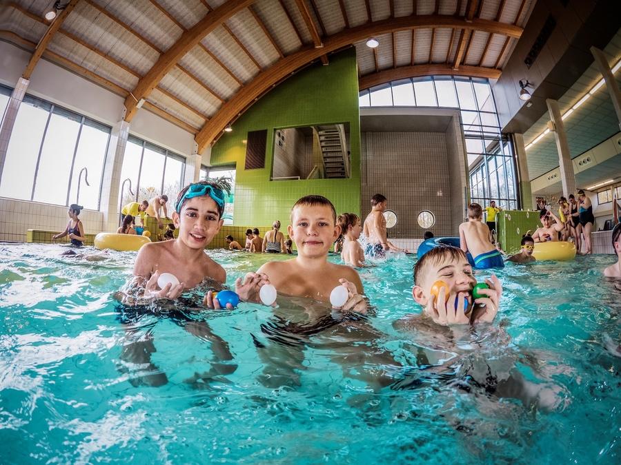 Drie jongens in het instructiebad van zwembad Sorghvliedt