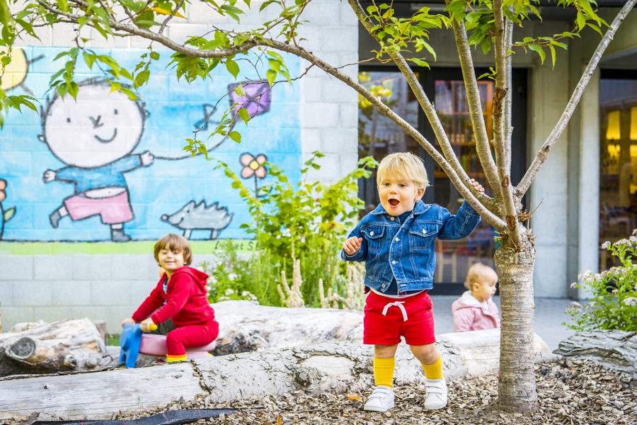 Jongen speelt op de heuvel