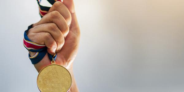 Hand dat een medaille vasthoudt