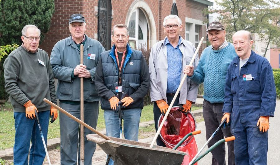 6 Straatvrijwilligers op straat met materiaal in hun handen