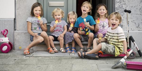 Kinderen met ijsje tijdens speelstraat