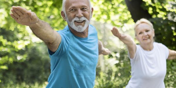 Oudere man en vrouw die aan het sporten zijn