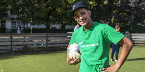 Ilyas Touba poseert met voetbal