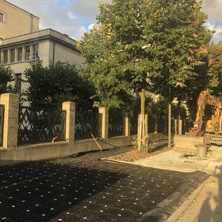 beeld van de doorwortelbare panelen onder het voetpad aan het Tropisch Instituut in de Kronenburgstraat