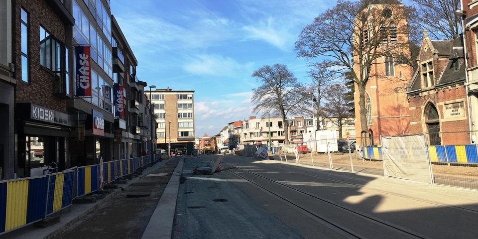 Zicht op een deel van de Kioskplaats met de kerk de nieuwe rijbaan en tramsporen en fietspad