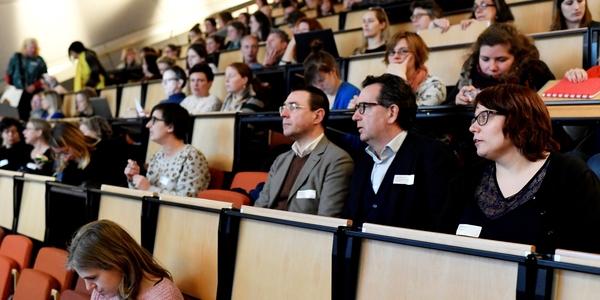 De deelnemers van het infomoment zitten in de aula.