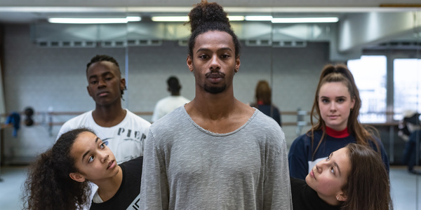 Danser en choreograaf Malik Mohammed staat centraal, omringd door vier andere dansers