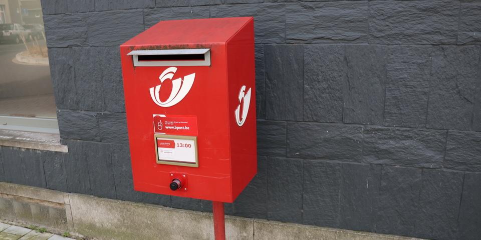 Een rode brievenbus